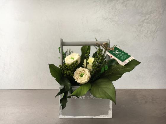 Композиция из пионовидных роз в фирменном кашпо Этуаль Флора