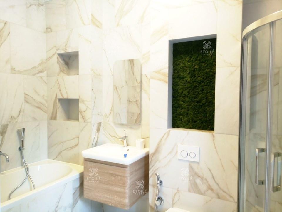 Полки со мхом в ванной комнате